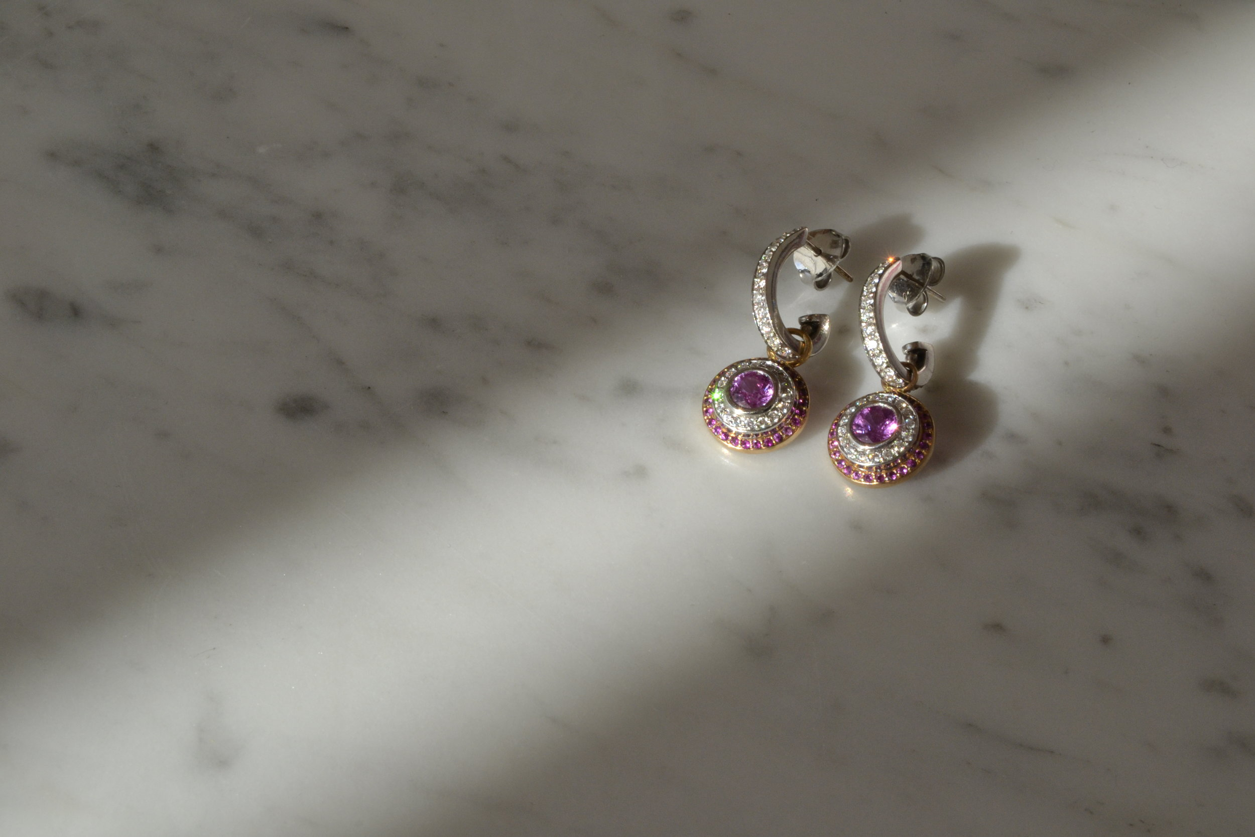 Earrings with diamonds and pink sapphires